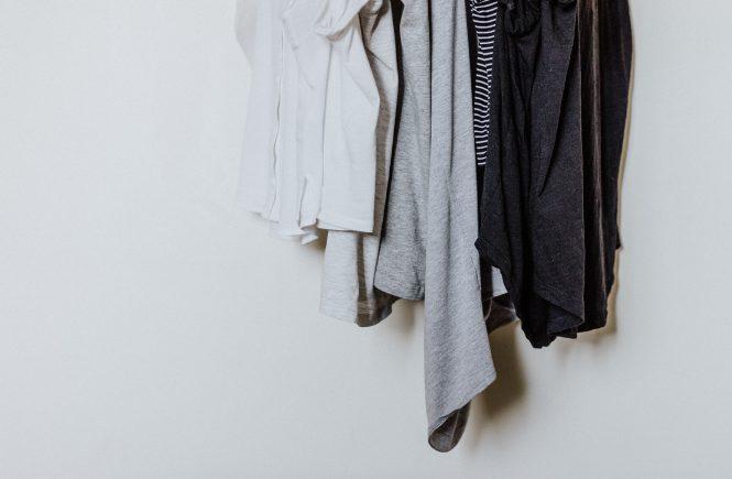 Schwarz-weiße Kleidung auf einer Kleiderstange